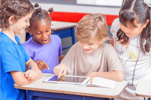 niños jugando con tablet ipad